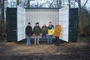 Vorstand vor geöffnetem Container